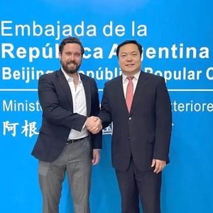 阿根廷驻华大使馆副馆长孔磊会见我校董事长张福谦